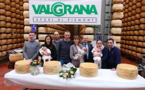 Consegnate le forme di Piemontino Valgrana ai primi bimbi nati nel 2019 in provincia di Cuneo e al primo nato di Scarnafigi