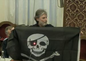 Si chiude goliardicamente la querelle sulle bandiere, con Lauria che regala al sindaco quella dei pirati