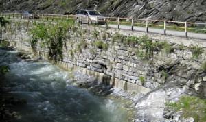Lavori di consolidmento del muro di sostegno lungo la provinciale che porta a Canosio