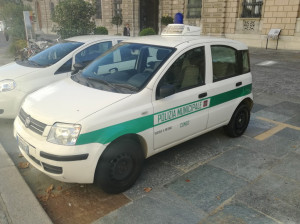 La Polizia Municipale sequestra la merce di un ambulante abusivo