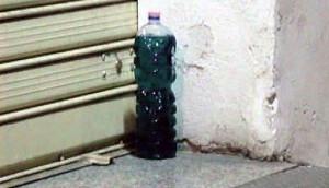 Benzina davanti ad un negozio in corso Giolitti: minaccia o dimenticanza?