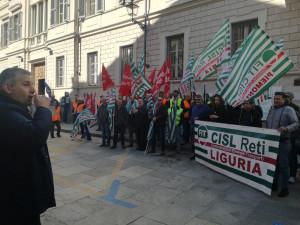 La protesta dei netturbini davanti alla Prefettura per vedere applicato il contratto nazionale