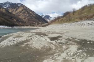 A Pontechianale l'abbassamento del lago svela la borgata sommersa per un inedito turismo primaverile