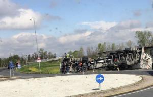 Camion si ribalta a Termine di Villafalletto