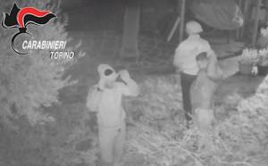 Oltre a svaligiare le case facevano una 'foto ricordo' dei proprietari mentre dormivano: arrestati in sei