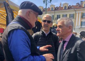 Cuneo: Chiamparino al mercato del martedì con la testa alle polemiche sul Salone del Libro