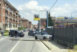 Incidente in via Piumati a Bra: abbattuto un palo della luce