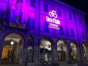Cuneo: in attesa del passaggio del Giro d'Italia il Comune si illumina di rosa