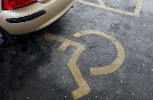 Approfittavano dell'esenzione dal bollo auto nonostante i parenti disabili fossero morti: smascherati dalla Finanza
