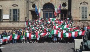 Bra: 300 bandiere italiane agli studenti delle scuole elementari