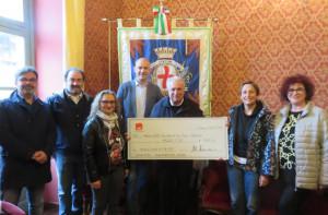 Dal Piccolo Teatro di Bra una donazione per la parrocchia di San Pietro di Cherasco