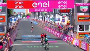 Giro d'Italia: Cesare Benedetti vince a Pinerolo, Jan Polanc nuova maglia rosa