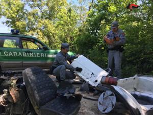 Carrù, i Carabinieri Forestali scoprono rifiuti aziendali abbandonati in un bosco