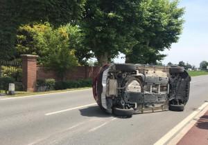 Auto si ribalta in centro Confreria davanti a villa Baudi di Selve