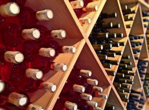 Sorpreso a rubare bottiglie di vino nell'azienda dove lavora, a casa sua i Carabinieri ne trovano altre 109