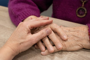 Mondovì, 20mila euro alla badante: i familiari dell'anziana la denunciano