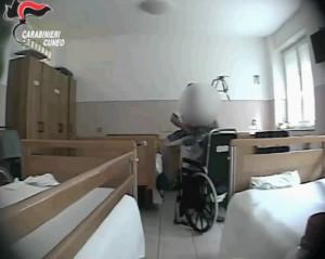 Schiaffi e calci agli anziani in casa di riposo, sotto accusa tre operatori sanitari (VIDEO)