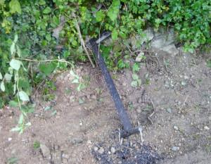 Nuovamente danneggiati i paletti luminosi lungo il sentiero di San Macario a Vernante