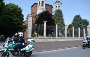 Ubriaco, ruba uno scooter e ha un incidente: scappa a piedi, ma viene fermato dalla Polizia Municipale