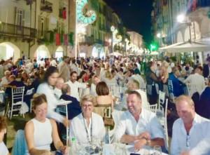 Grande successo per la cena in via Roma, tra chef stellati, luci dell'Illuminata e una location unica e affascinante
