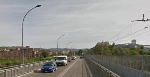 Sul ponte sul Tanaro in corso Canale ad Alba fondo stradale scivoloso causa presenza di insetti