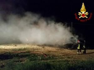 Rotoballe a fuoco in un campo a Fossano: notte di lavoro per i Vigili del Fuoco