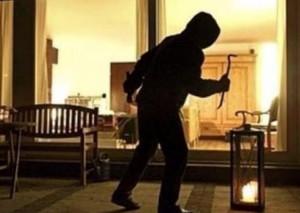 Irrompono in casa e legano la proprietaria: si cercano i tre responsabili di una rapina in villa a Dogliani