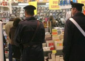 Ruba in un supermercato e poi aggredisce l'addetto alla vigilanza: denunciato