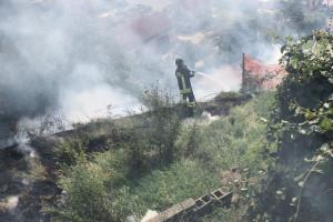 Un incendio di sterpaglie spaventa dei turisti svizzeri a Pezzolo Valle Uzzone