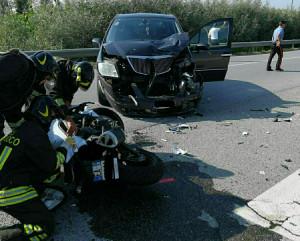 Scontro tra auto e moto davanti alle Cupole: ferito il motociclista