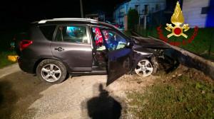 Auto esce di strada e si schianta contro una colonnina del gas: morto il conducente