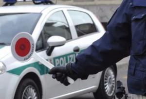 Non si ferma al posto di blocco, urta l'auto della Municipale e fugge: arrestato