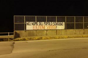 Affisso uno striscione nei pressi del viadotto Soleri: 'Elezioni subito'