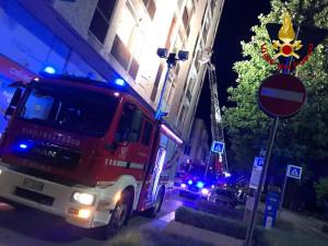Alba: una donna cade in casa nella notte, i vigli del fuoco entrano dalla finestra al terzo piano