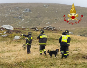Valle Po, nonostante vento e pioggia i vigili del fuoco continuano a cercare il margaro disperso
