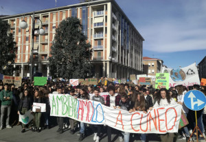 Gli studenti cuneesi in piazza per manifestare contro il riscaldamento globale
