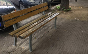 Il Comune reinstalla una panchina rubata in via Silvio Pellico