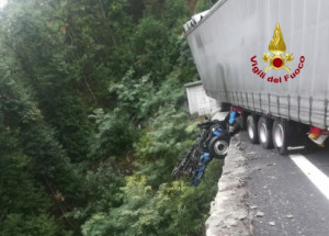 Miracolo sulla Torino-Savona: camionista precipita da un viadotto, ma resta illeso