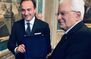 Alberto Cirio ha consegnato a Mattarella il 'drapò' del Piemonte