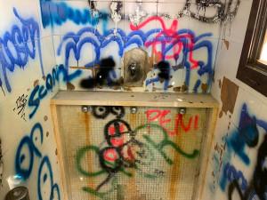 Busca, i vandali prendono di mira i bagni pubblici