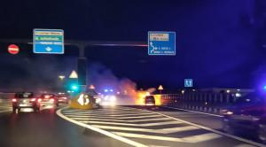 Fiamme, fumo e sirene sul ponte dell'Est-Ovest, ma nessuno si fa male