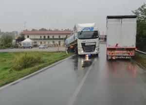 Camion resta bloccato a Termine di Villafalletto