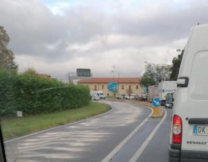 Camion perde olio sulla strada, tamponamenti e traffico in tilt a Madonna dell'Olmo