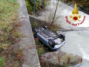 Vinadio, auto si ribalta nel fiume Stura: tre persone ferite