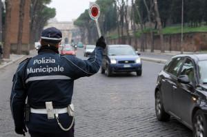 Tampona un'auto e si dà alla fuga, ma la Municipale di Bra lo trova: per lui fermo amministrativo e pesante sanzione