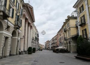 Via Roma si veste a festa: iniziata l'installazione delle luminarie natalizie