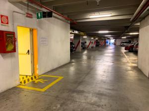 Ventunenne picchiato a cinghiate e derubato nel parcheggio sotterraneo di piazza Boves