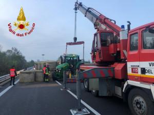 Mondovì, un trattore carico di rotoballe si ribalta e perde il carico sulla strada