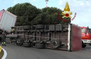 Camion ribaltato a San Salvatore di Savigliano