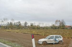 Auto fuori strada a Roata Rossi
